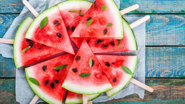Nove alimentos essenciais para 'sobreviver' ao verão