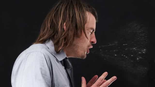 Sabe até onde chegam os seus germes quando espirra?