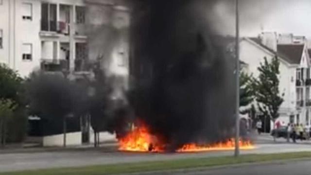 BMW consumido pelas chamas em Viseu. Veja o vídeo
