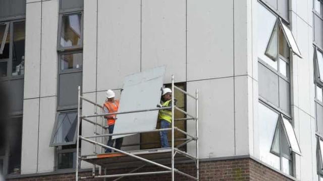 Revestimento usado em Grenfell começa a ser retirado de outros prédios