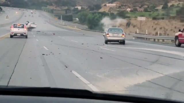 Desentendimento na estrada termina em acidente com vários carros