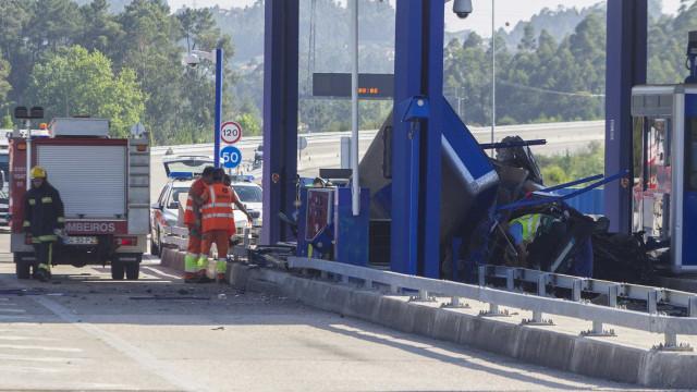 Despiste contra portagem da A41 faz um morto e um ferido grave