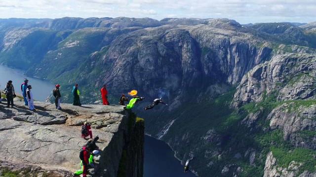 Imagens de pura adrenalina na montanha de Kjerag