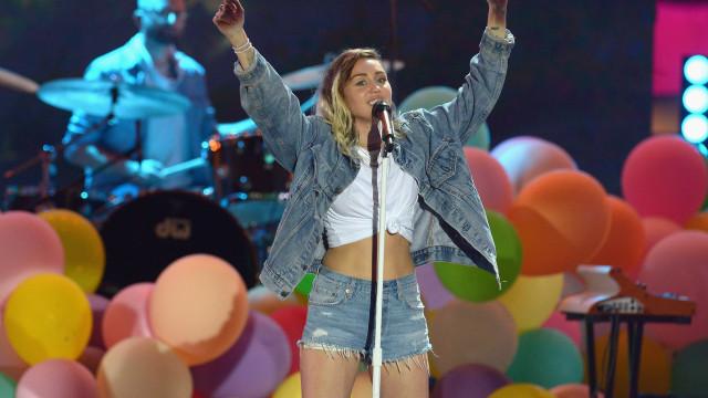 "Após ter dito ser pansexual, Miley Cyrus é agora ""sem género"""