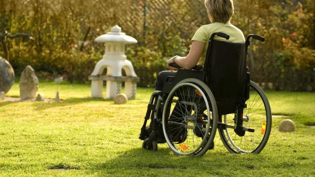 Como uma lata de laca atirou uma mulher para uma cadeira de rodas