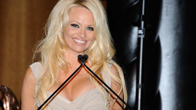 Pamela Anderson dispensa roupa íntima em sessão fotográfica