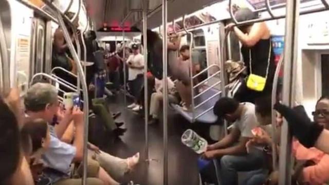 Rato lança o pânico (e gargalhadas) no metro de Nova Iorque