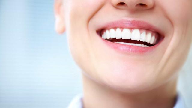Os seus dentes já foram bem mais brancos? Saiba porquê e o que fazer