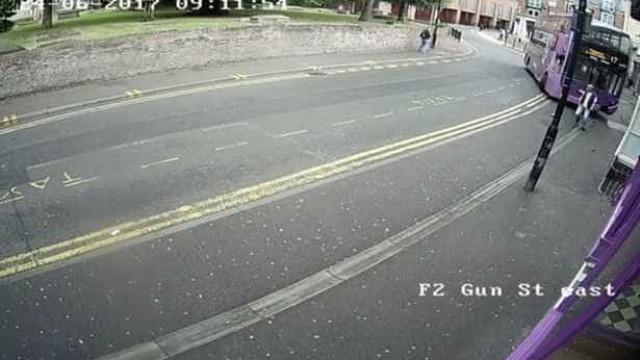 Foi atropelado por um autocarro, levantou-se e entrou num pub