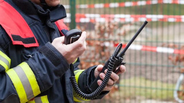 Mais de 40 bombeiros combatem fogo em armazém do Estoril
