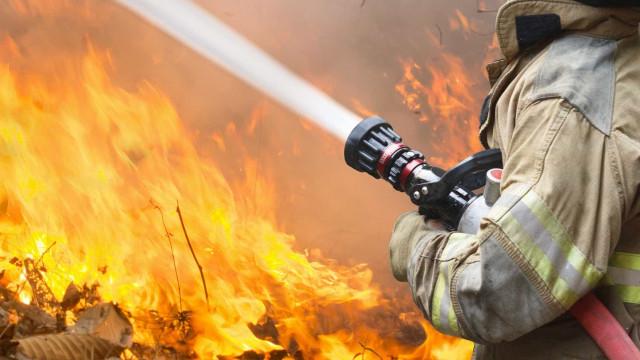 Fogo continua com duas frentes ativas em Sesimbra
