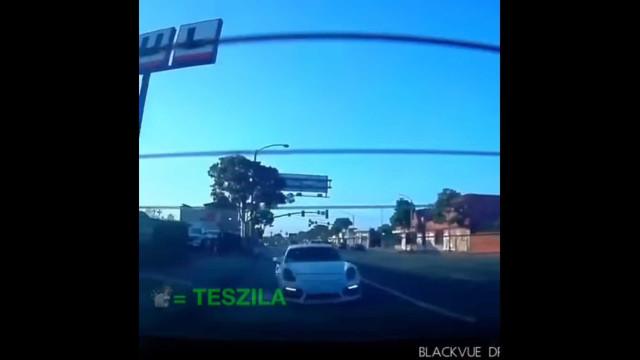 Veja o momento em que um Tesla deixa um Porsche a 'comer pó'