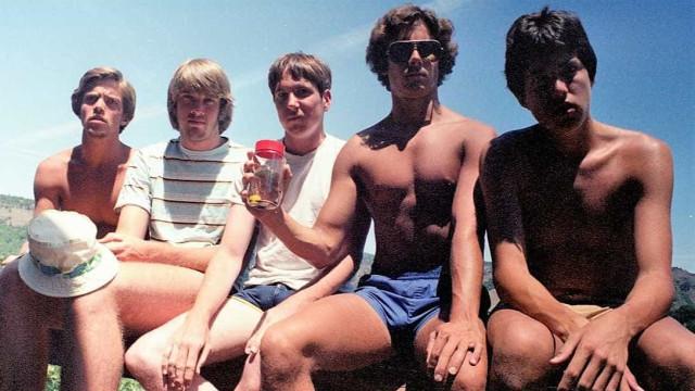 Estes cinco amigos tiram a mesma foto de 5 em 5 anos… há 35 anos