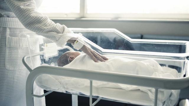Bebé nasce paraplégico depois de ser baleado ainda na barriga da mãe