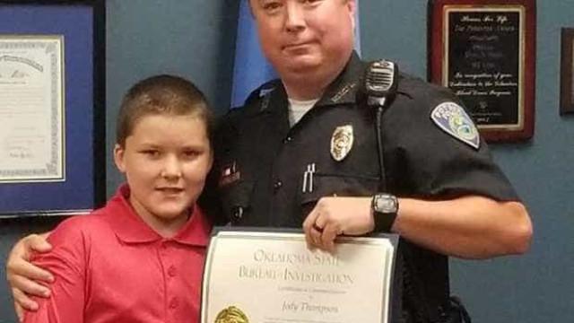 Polícia adota menino que salvou dos pais biológicos