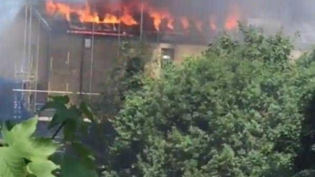 Incêndio em apartamentos de luxo deflagra em Londres