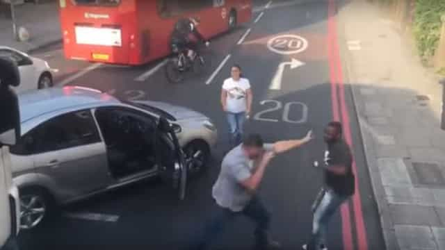 Condutor irritado dá início a luta violenta no trânsito de Londres
