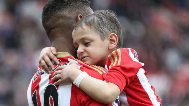 O abraço de Bradley e Defoe que está a comover Inglaterra
