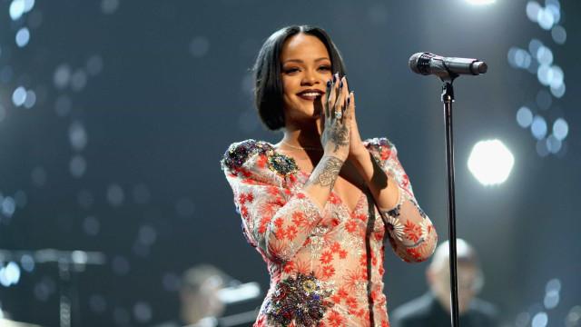 Rihanna vai casar? Cantora exibe um anel suspeito