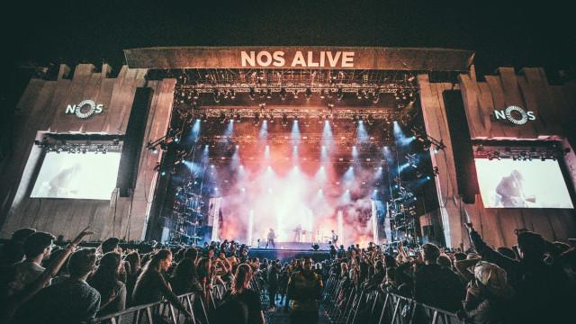O primeiro dia do festival NOS Alive teve rock, amor e língua afiada