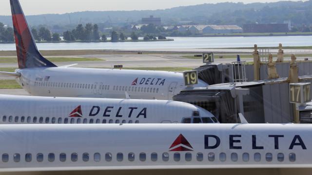 Delta Airlines paga 4 mil dólares a mulher para ceder o lugar no avião