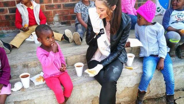 Miss usa luvas em encontro com crianças com HIV e gera controvérsia