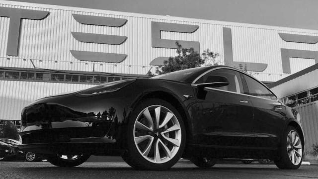 Musk mostra linha de produção do Tesla Model 3