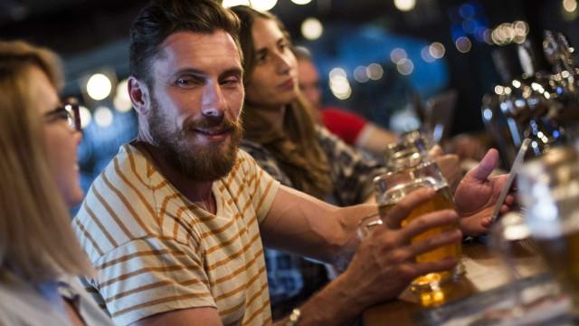 Ficar vermelho quando se bebe álcool não é bom sinal. Saiba porquê
