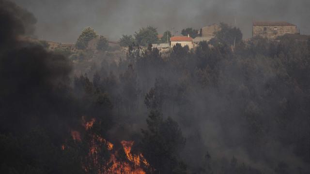Fogo de Alijó chega à aldeia de Santa Eugénia e obriga a evacuar lar