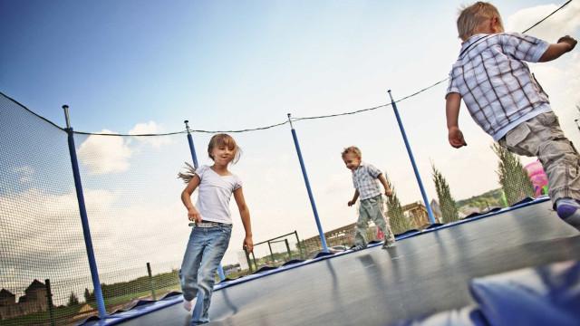 Atenção, crianças com menos de seis anos não devem brincar em trampolins