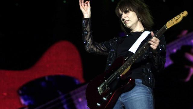 Guitarra de Chrissie Hynde leiloada será entregue hoje durante concerto