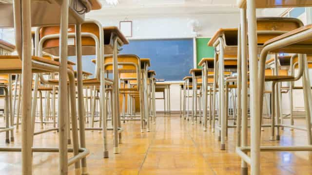 Cerca de dez mil funcionários das escolas com salários atualizados