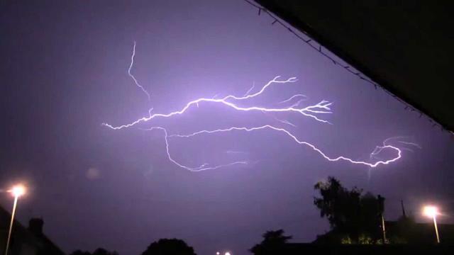 Imagens impressionantes de tempestade de raios em Inglaterra