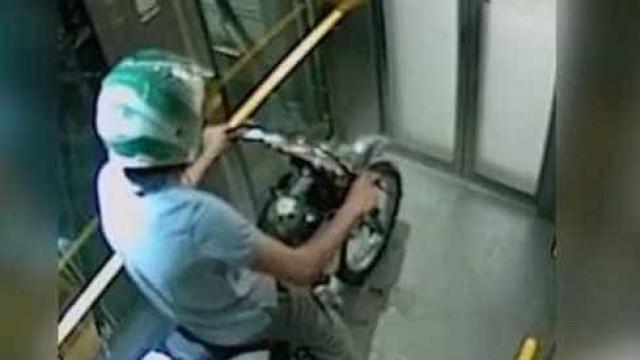 Jovem rouba mota e faz burnout no elevador, mas livra-se do fumo a tempo