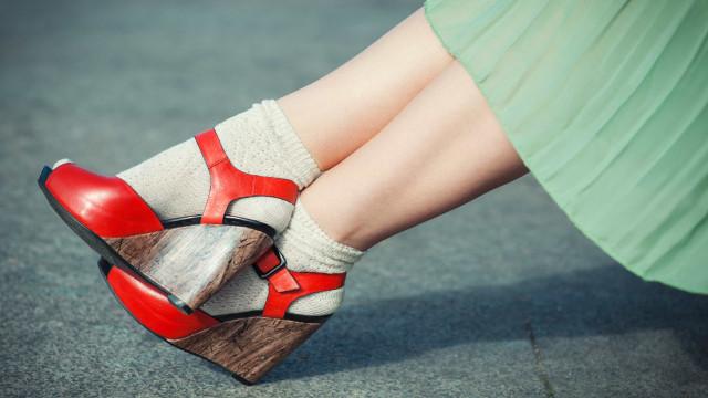 Meias com sandálias, a nova tendência no 'street style'. Usaria?
