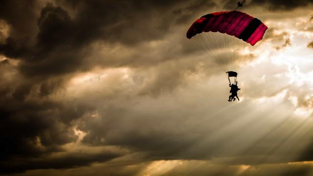 Mulher cai de paraquedas junto ao aeródromo em Braga