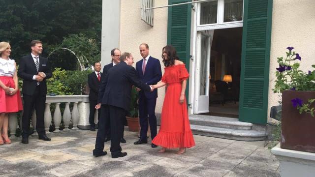 Na Alemanha, Kate Middleton opta por um look simples mas elegante