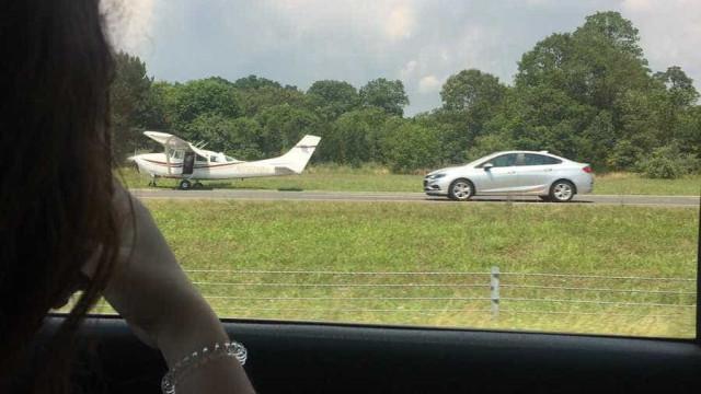 Avião forçado a aterrar em estrada em pleno trânsito