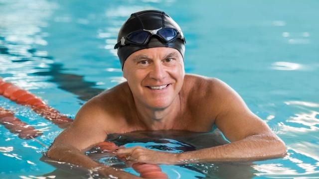 Dor de costas? Aposte na natação, aconselham os especialistas