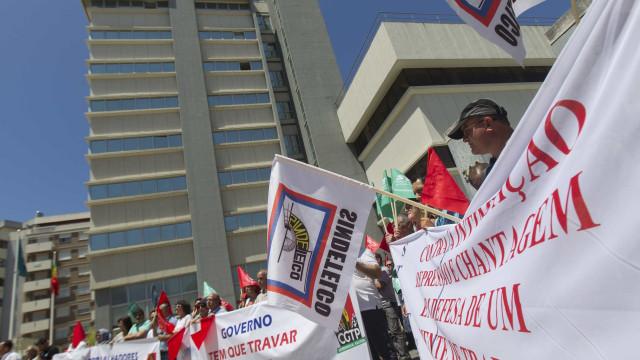 Dezenas trabalhadores em greve e protesto à porta da sede da PT/MEO