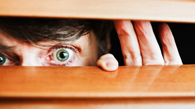Às vezes tem a sensação de que está a ser observado? A ciência explica