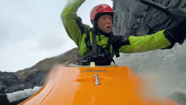 Descida radical de caiaque num rio gelado da Gronelândia
