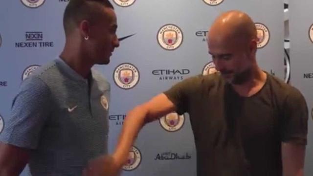 Guardiola não resiste e comprova a forma da... barriga de Danilo