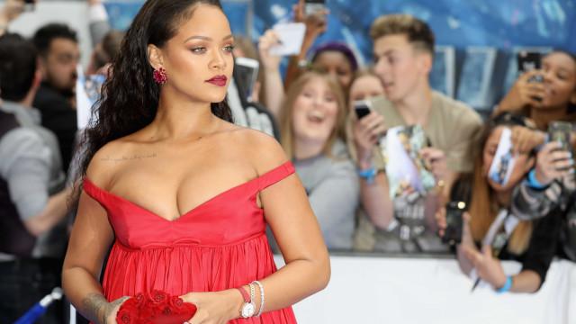 Passadeira vermelha: Decote de Rihanna não deixa ninguém indiferente