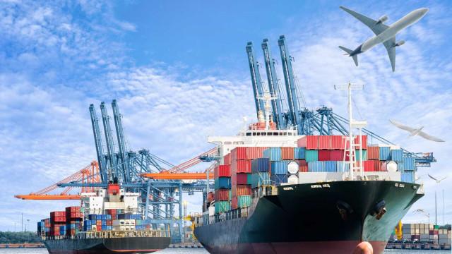 Navio de carga perde 270 contentores que invadem praias holandesas