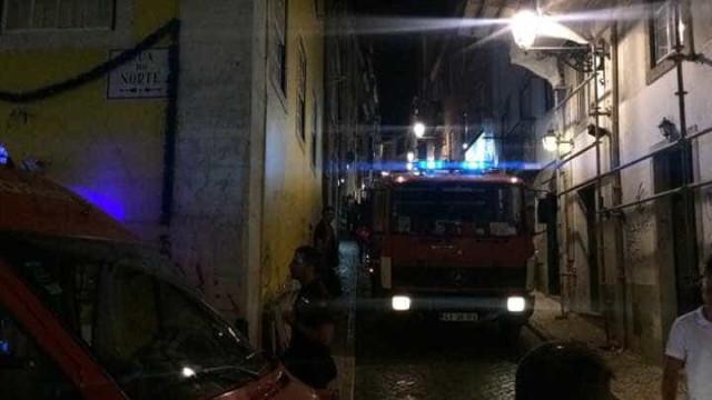 Pequeno incêndio assusta moradores no Chiado