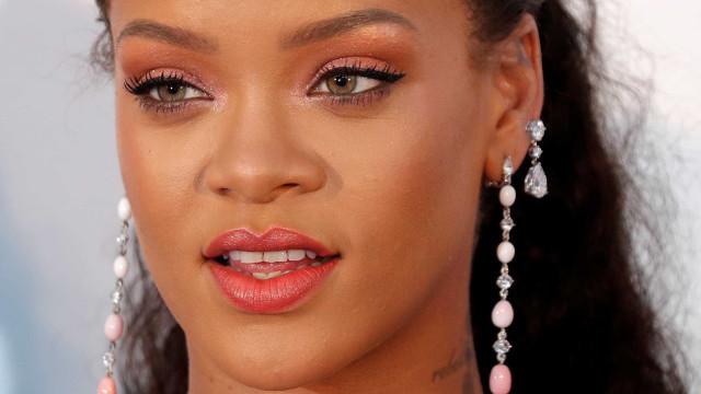 Decote ousado de Rihanna não passa despercebido
