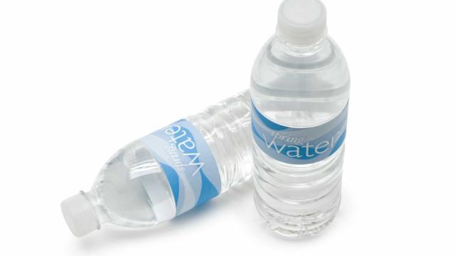 É por isto que não deve deixar garrafas de água no carro ao calor