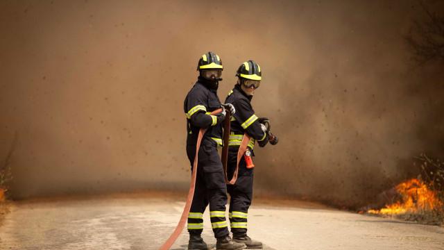 Bombeiros dominam uma frente do fogo em Faro e outra continua ativa