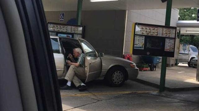 Internet enternecida com idoso que dá gelado à mulher em dia de calor